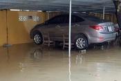 Hài hước chuyện tài xế Việt chống lụt cho ô tô trong mưa lũ