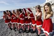 """Vẻ đẹp dễ thương, nóng bỏng và cá tính của các """"Bà già Noel"""" khắp thế giới"""
