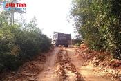"""Lợi dụng chở đất xây dựng NTM, xe quá tải """"băm"""" nát đường làng!"""