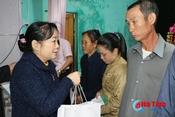 Ngân hàng CSXH Hà Tĩnh gói 300 bánh chưng tặng người nghèo