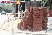 Vật liệu xây dựng chiếm trọn vỉa hè một số tuyến đường TP Hà Tĩnh