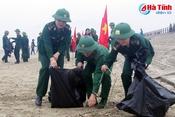 Lính Biên phòng Hà Tĩnh chung tay làm sạch biển