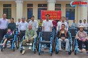 Trao tặng 25 xe lăn cho người khuyết tật Vũ Quang