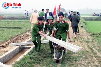 Hơn 1.100 lượt ĐVTN Công an Hà Tĩnh giúp dân xây dựng nông thôn mới