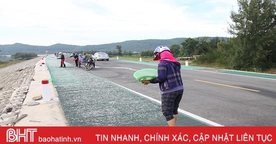 Ẩn hoạ tai nạn giao thông khi phơi hải sản trên tuyến đường ven biển Hà Tĩnh
