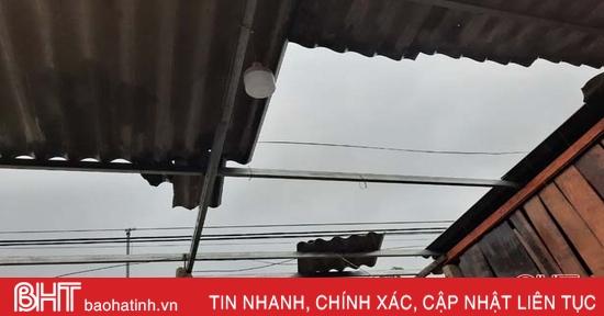 Ảnh hưởng hoàn lưu bão số 9, nhiều nhà dân ở Hà Tĩnh bị tốc mái, hoa màu đổ ngã