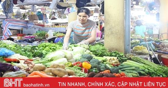 Ảnh hưởng mưa lũ, rau xanh ở Hà Tĩnh tăng giá