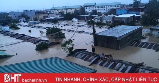 Bão Vamco gây lụt chạm nóc nhà ở Philippines