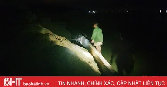 Bắt quả tang 2 đối tượng khai thác cát trái phép trên sông Lam