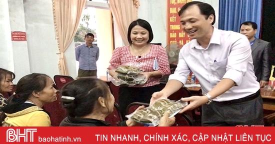 Bí thư Tỉnh ủy Hoàng Trung Dũng tặng quà cho bà con vùng ngập lụt ở Lộc Hà