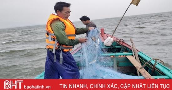 Biển lặng, cá nhiều, ngư dân Hà Tĩnh ăn cơm trên thuyền tranh thủ ra khơi
