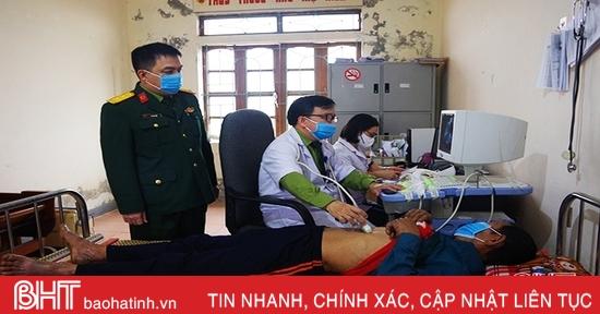 Bộ CHQS tỉnh Hà Tĩnh khám, cấp thuốc cho người dân vùng lũ