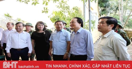 Bộ trưởng Bộ GD&ĐT thăm hỏi, tặng quà các trường học vùng lũ Hà Tĩnh
