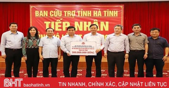 Bộ trưởng Bộ Kế hoạch & Đầu tư động viên, hỗ trợ Nhân dân vũng lũ Hà Tĩnh
