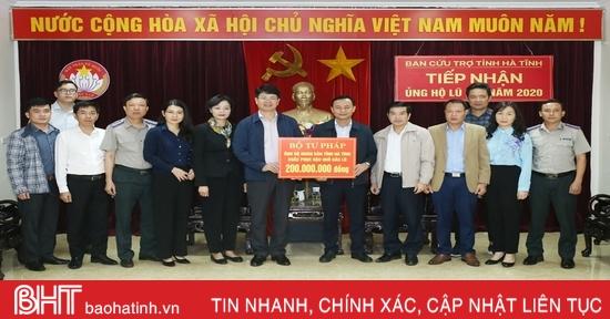 Bộ Tư pháp, các doanh nghiệp chia sẻ khó khăn với bà con vùng lũ Hà Tĩnh