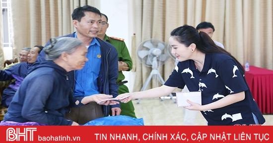 Ca sỹ Bảo Thy và các tổ chức thiện nguyện trao quà cho người dân Hà Tĩnh