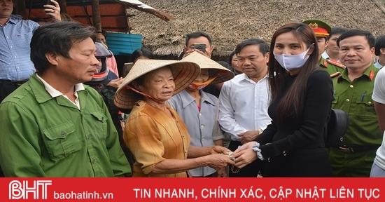 Ca sỹ Thủy Tiên trao quà cho người dân vùng lũ Hà Tĩnh