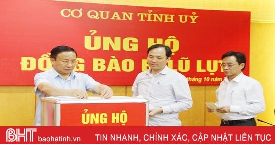 Cán bộ, công chức Hà Tĩnh quyên góp ủng hộ bà con vùng lũ