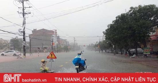 Cập nhật mưa lũ ở Hà Tĩnh: Nước tràn qua QL 1A ở thị trấn Nghèn - Can Lộc