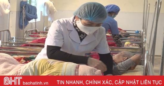 """""""Chống rét"""" cho người cao tuổi ở Trung tâm Bảo trợ xã hội Hà Tĩnh"""