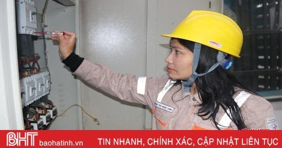 """Chuyện những """"bóng hồng"""" theo nghề điện ở Hà Tĩnh"""
