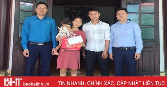 Công đoàn các cấp ở Hà Tĩnh trao quà trung thu cho con em đoàn viên khó khăn