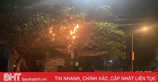 Cột điện cháy rực trong đêm ở thành phố Hà Tĩnh