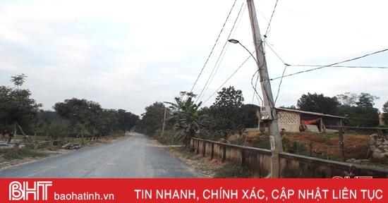 Cột điện gãy chân, đe dọa người đi đường trên quốc lộ 281 ở Vũ Quang