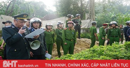 Cưỡng chế thành công vụ tranh chấp đất kéo dài ở Hương Khê