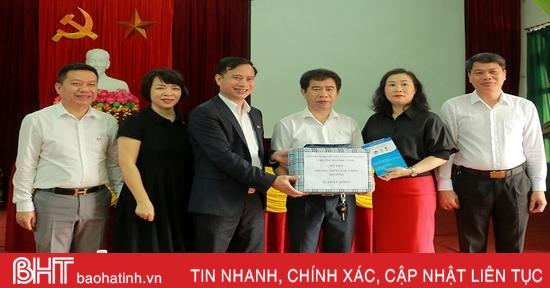 Đại học Vinh hỗ trợ 265 triệu đồng cho các cơ sở giáo dục ở Hà Tĩnh bị ảnh hưởng lũ lụt