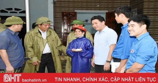Đảng ủy Khối CCQ&DN tỉnh Bắc Ninh trao quà người dân bị thiên tai ở Hà Tĩnh