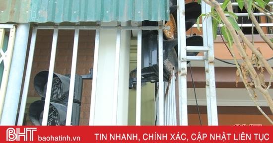 """Đèn tín hiệu giao thông """"trốn"""" trong nhà dân ở Nghi Xuân"""
