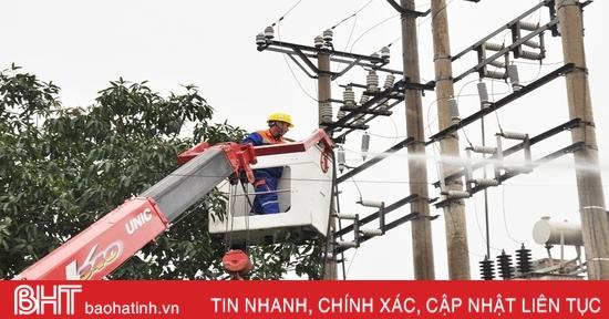 Điện lực Hà Tĩnh vệ sinh miễn phí 60 trạm biến áp không cắt điện