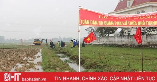 """""""Đội mưa"""" phá bờ thửa nhỏ làm cánh đồng mẫu lớn ở phố biển Thiên Cầm"""