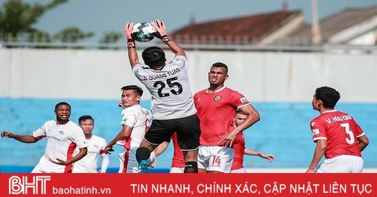 """Dương Quang Tuấn - """"lá chắn thép"""" trước khung thành Hồng Lĩnh Hà Tĩnh"""