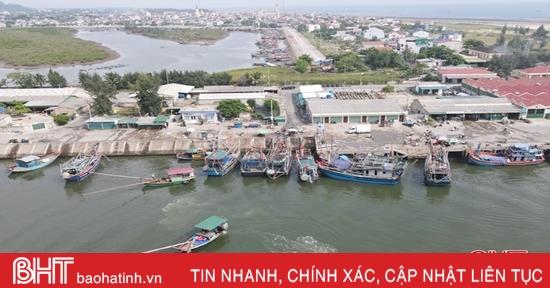 Gần 200 tàu thuyền cập bến trú bão số 5 tại cảng cá lớn nhất Hà Tĩnh