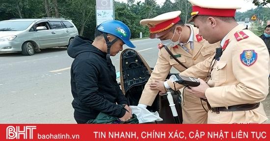Hà Tĩnh: Bắt đối tượng giấu 4kg thuốc nổ trong cốp xe máy