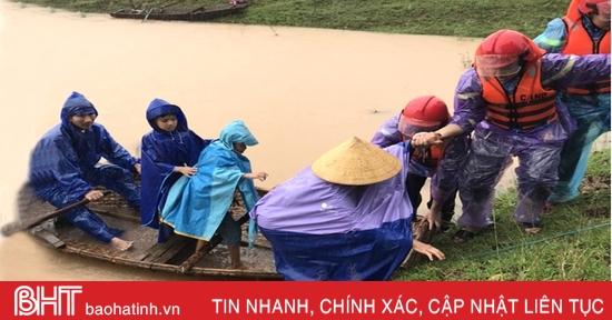 Hàng trăm cán bộ chiến sỹ Công an Hà Tĩnh giúp dân di dời trong mưa lũ