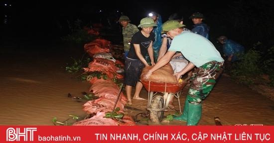 Hàng trăm người dân Thượng Lộc đắp đê trong đêm, ngăn nước thượng nguồn gây ngập lụt