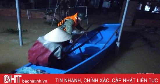 """Hồ Kẻ Gỗ tăng lưu lượng xả, Cẩm Xuyên """"trắng đêm"""" sơ tán, di dời dân"""