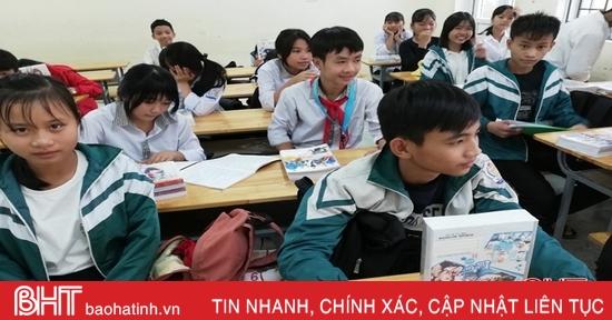 Học sinh vùng ngập nặng ở Hà Tĩnh nhận sách vở mới ngay khi đi học trở lại