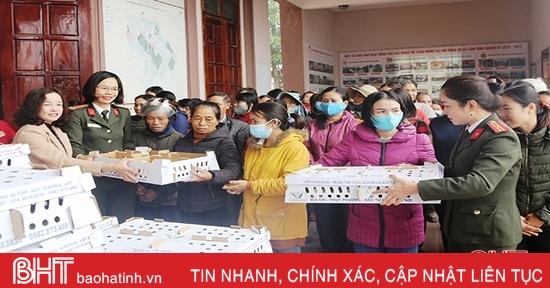 Hội Phụ nữ Bộ Công an hỗ trợ sinh kế cho người dân vùng lũ Cẩm Xuyên