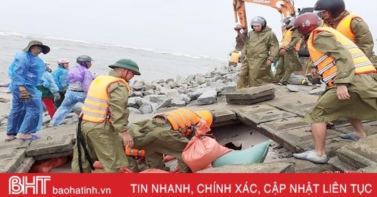 Hơn 200 người khẩn trương ứng cứu đê biển Lộc Hà