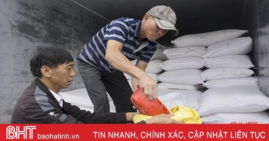 Hương Khê tiếp nhận hơn 35.600 kg gạo hỗ trợ của Chính phủ