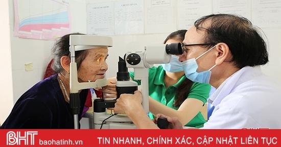 Khám bệnh, cấp thuốc miễn phí cho gần 600 người dân Cẩm Xuyên