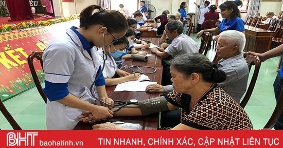 Khám, cấp thuốc miễn phí cho 100 cựu TNXP ở thị trấn Đức Thọ