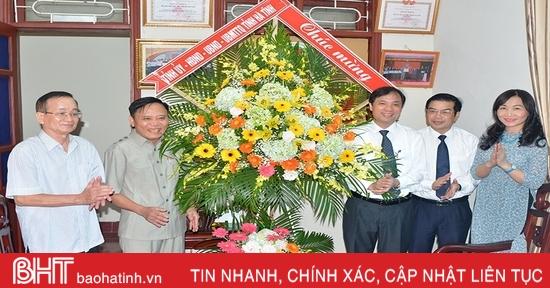 Lãnh đạo Hà Tĩnh tặng hoa, chúc mừng ngày Quốc tế Người cao tuổi, ngày Khuyến học Việt Nam
