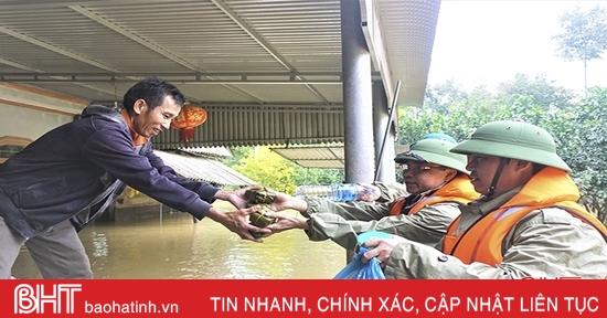 Lãnh đạo huyện Hương Khê trao quà cứu trợ bà con vùng lũ