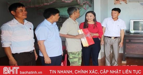 Lãnh đạo Vũ Quang thăm hỏi, tặng quà cán bộ tiền khởi nghĩa