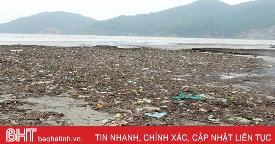 Lũ rút, rác bám dày bờ biển Lộc Hà